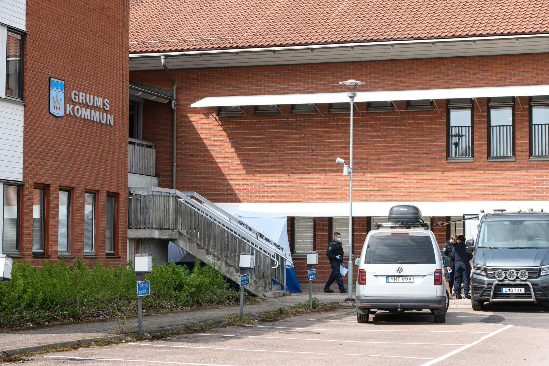 Kriminaltekniker utanför kommunhuset i Grums där en död man hittades natten mot fredag.