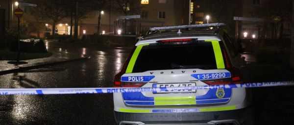 Polisen efter en skottlossning i ett bostadsområde i Beckomberga i Bromma.