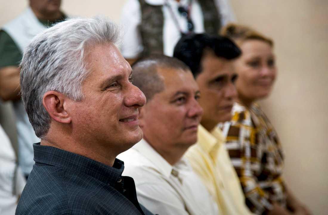 Miguel Díaz-Canel (längst fram) är ny ledare för kommunistpartiet i Kuba. Arkivbild.