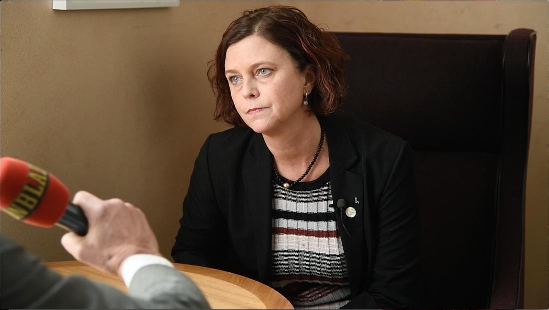 L-ledamoten Emma Carlsson Löfdahl har hyrt makens bostadsrätt - och har plockat ut maxersättningen på 8600 kronor från skattebetalarna.