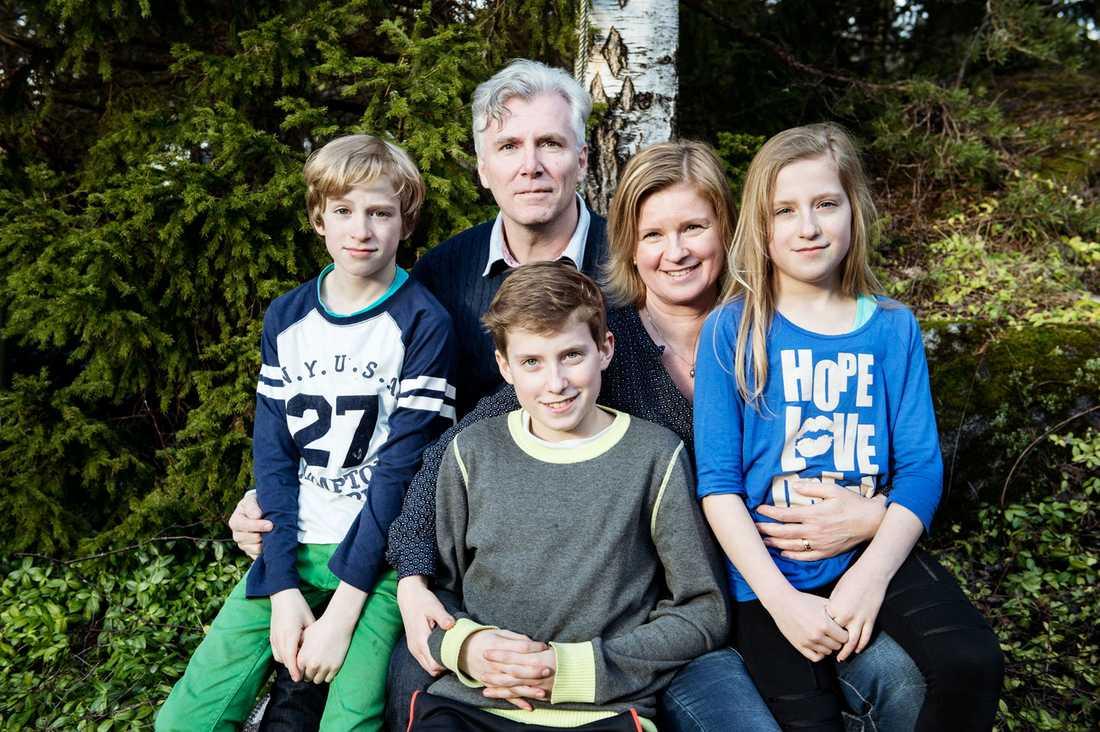 """""""Vi brukar säga att vi har tre barn i livet. Sedan får folk fråga om de vill"""", säger Karolina och Jimmy med barnen Johan, Adam och Anna."""