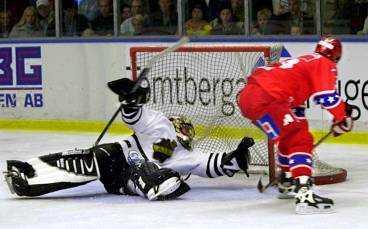 Daniel Carlsson gör ett av sina två straffmål på Joakim Persson i AIK-kassen. Men det var till slut Tommy Leinonen som avgjorde straffdramat i Björkängshallen.