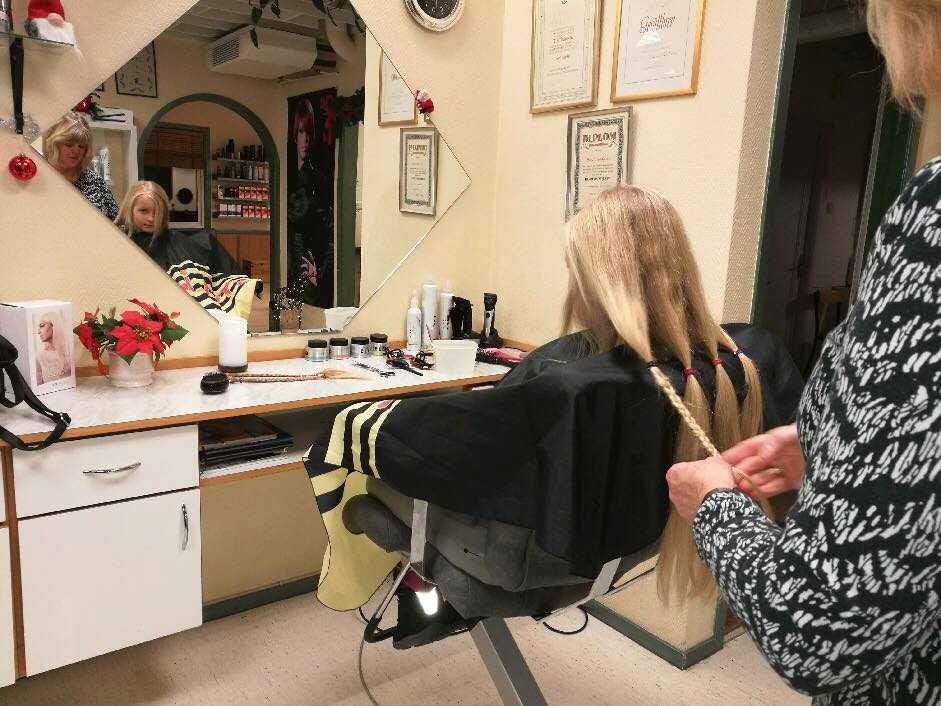 Frisören Ethel Johansson flätade Idas hår innan hon klippte av flera centimeter.