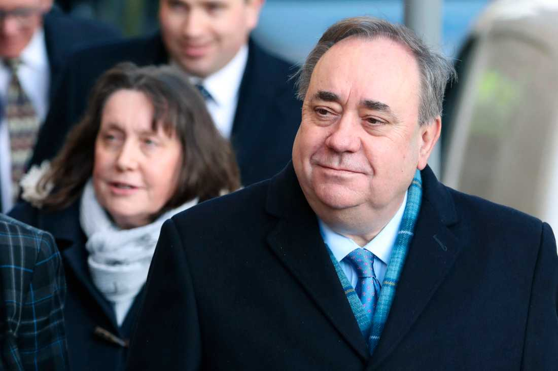 Skottlands tidigare regeringschef Alex Salmond anländer till rättegången mot honom om sexualbrott i 14 fall mot tio kvinnor. Han säger att anklagelserna står utom alla proportioner och anser sig vara oskyldig.