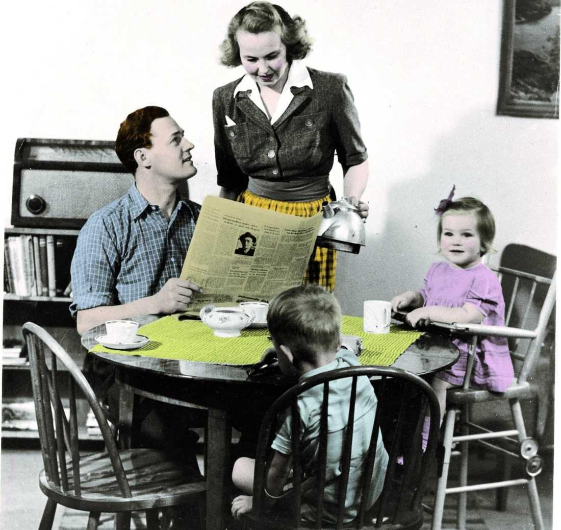 """Påfyllning? Ja, med råge, får man säga. Enligt boken """"Skriet från kärnfamiljen"""" är hemmafruidealet tillbaka. Så här såg det ut på 50-talet och nu, 2009, gör kvinnan 75% av allt hushållsarbete hemma."""