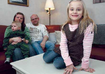 ETT MIRAKEL Enligt läkarna är Flora ett mirakel. Hon har klarat sig helt utan skador. I dag är hon en pigg sjuåring som går i ettan och älskar matte. Här med föräldrarna Anna Och Tord Vahlström och lillebror Vide, 1 år och åtta månader.