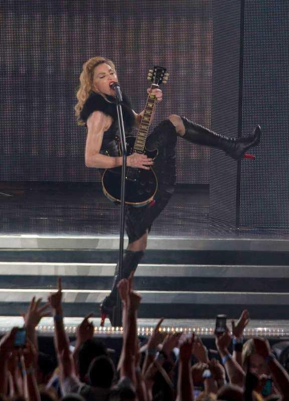 Madonna med elgitarr – det är lika skräckinjagande som döden i en Bergmanfilm.