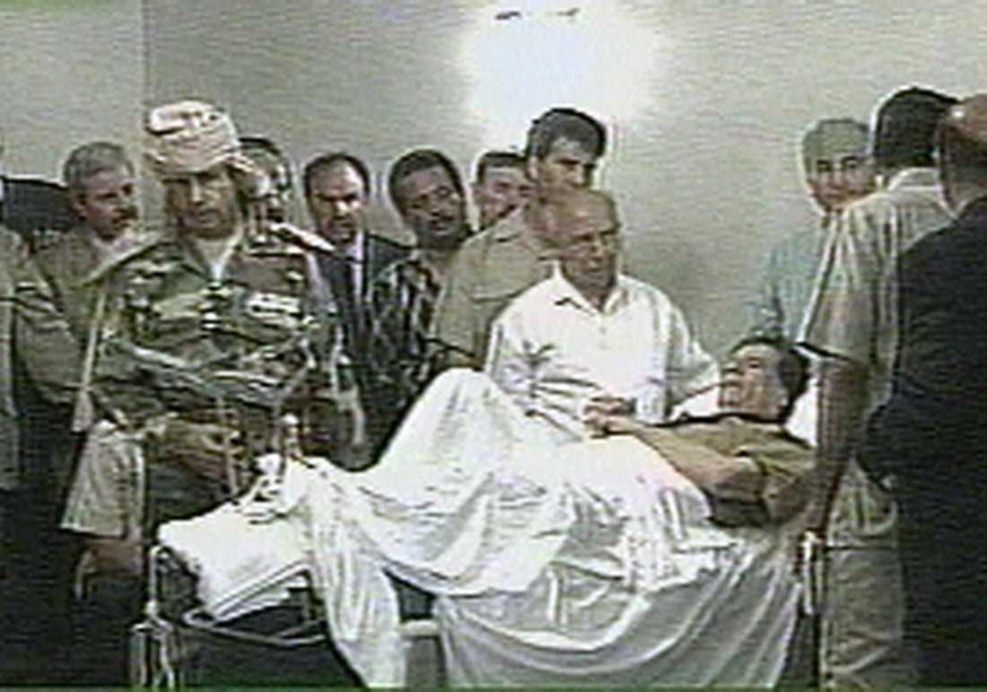 En höftfraktur stoppade inte Gaddafi 1996. Här tar han emot dignitärer från sjuksängen.