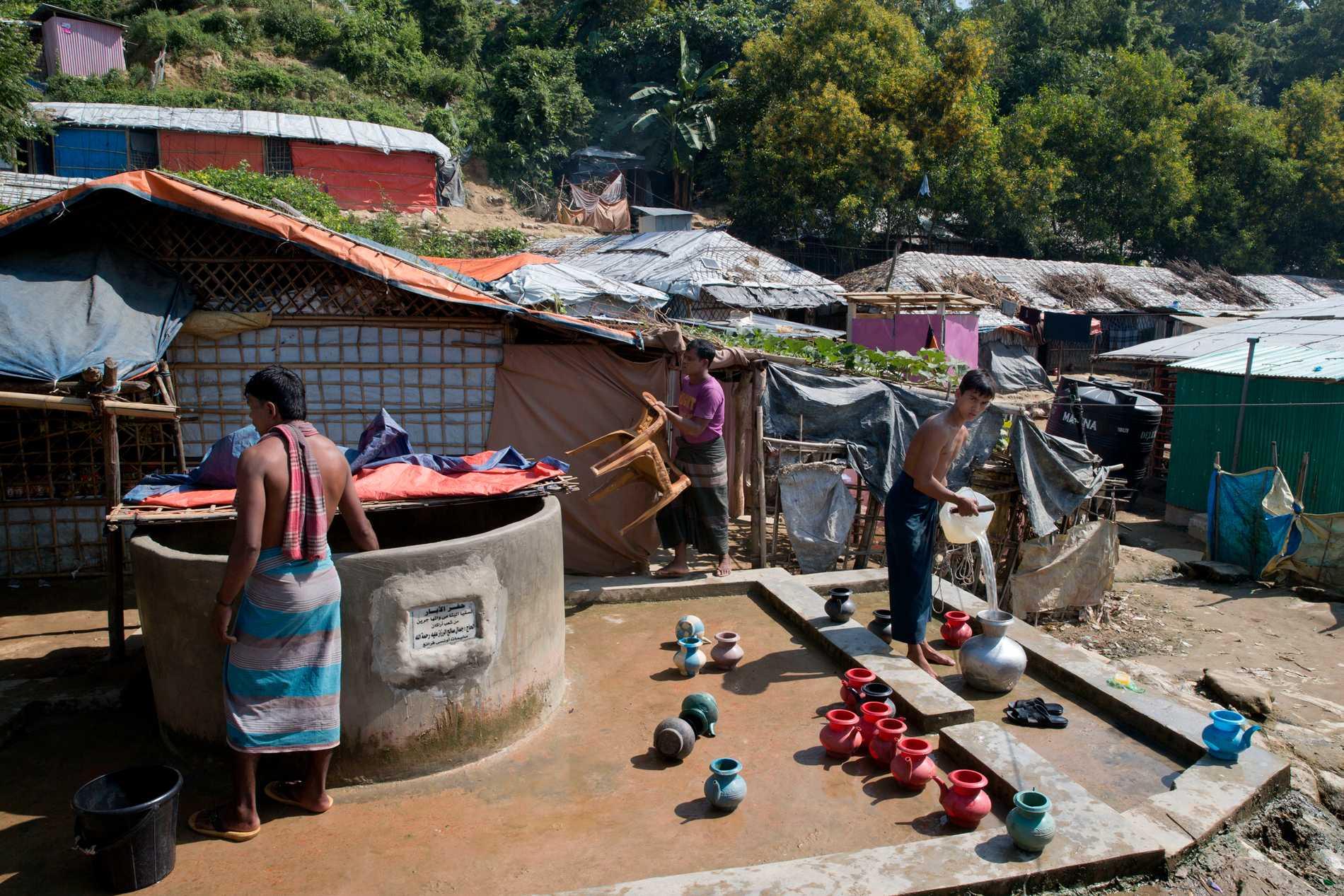 Rohingyer hämtar vatten från en brunn vid ett flyktingläger i närheten av Cox's Bazar i november.