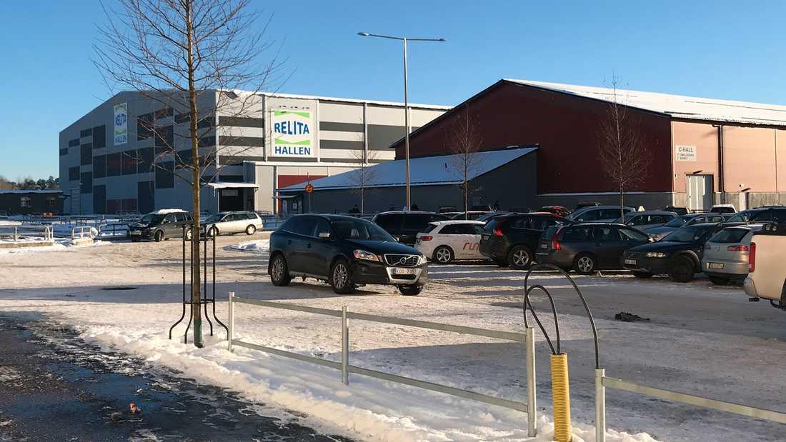 Här i Gränby är det tänkt att nya hockeyarenan ska byggas. Men Vänsterpartiet vill bygga i Kölen.