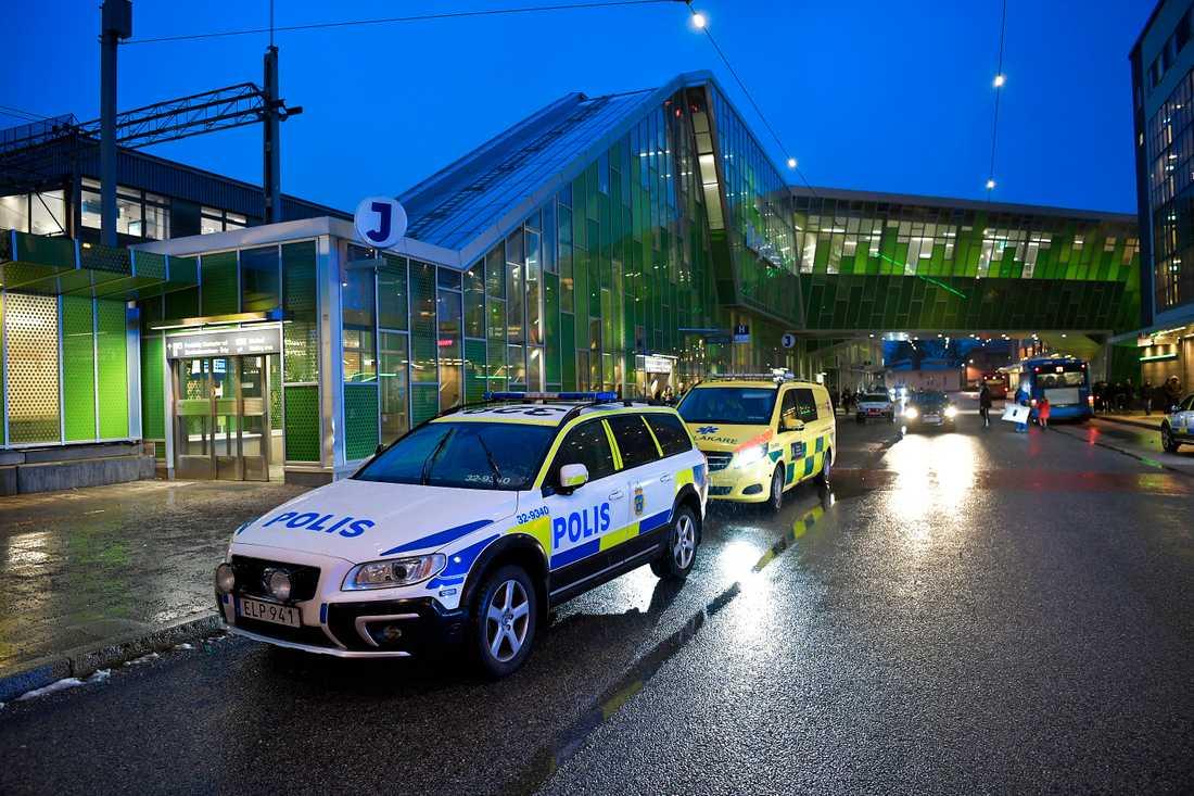 Eftersom båtmässan pågår i Älvsjö just nu var det mycket folk på platsen när mannen mördades.