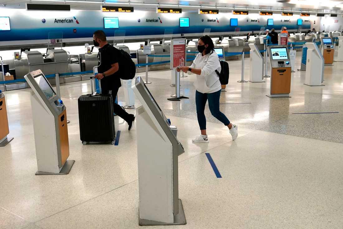 Passagerare på Miamis internationella flygplats, där tullen beslagtog de flera tusen år gamla monoliterna. Arkivbild.