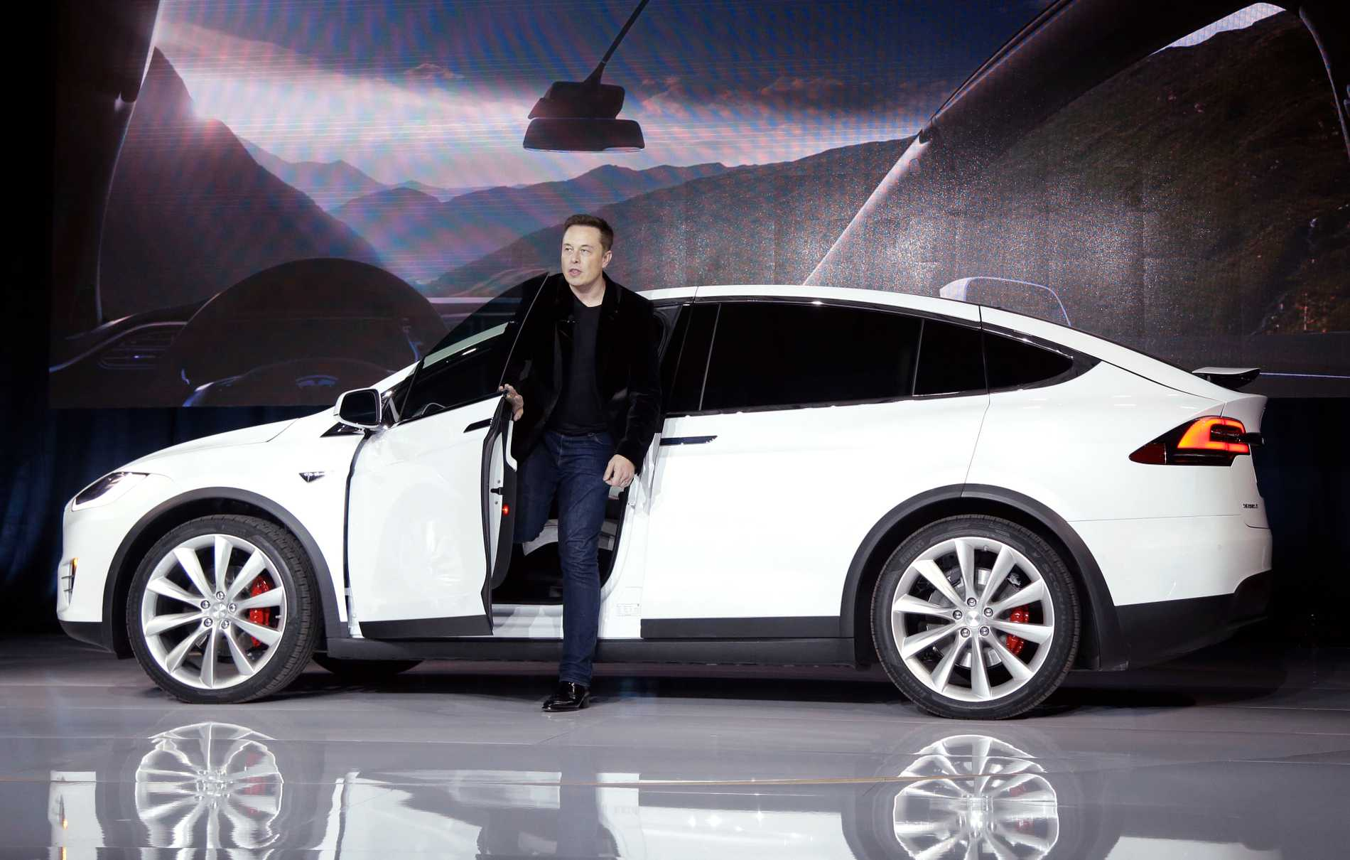 Tesla: Självkörande bil tio gånger så säker
