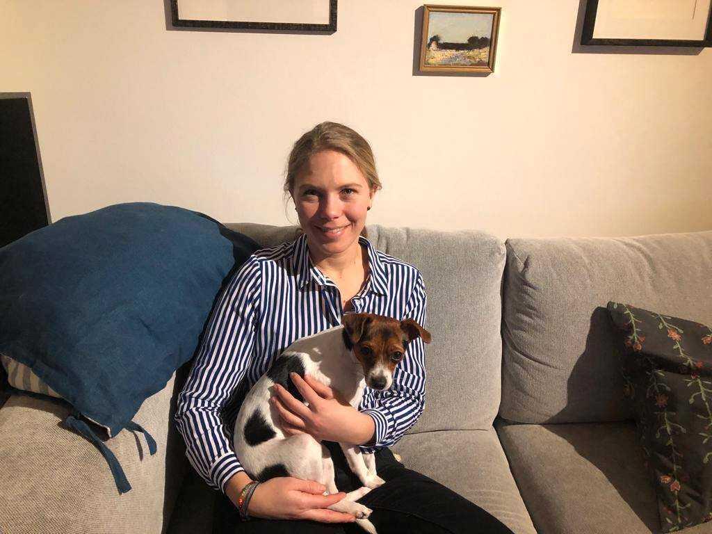 Josefin Hedberg med hunden Signe.