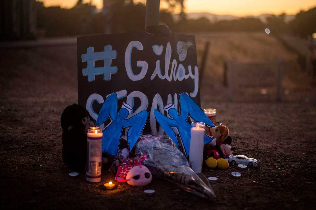Ljus brinner för offren i Gilroy i Kalifornien.