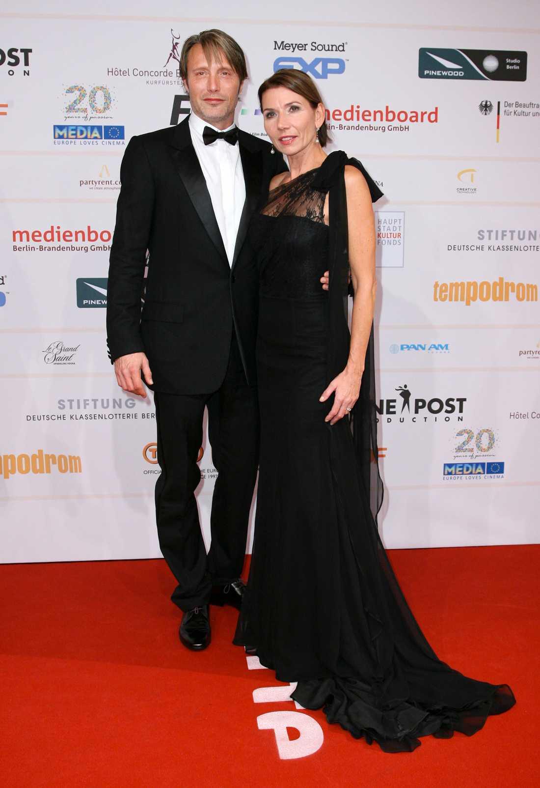 Mads Mikkelsen på filmgala i Berlin med frun Hanne Jacobsen. Mikkelsen är oklanderligt korrekt, men möjligen en smula fantasilöst, utstyrd?