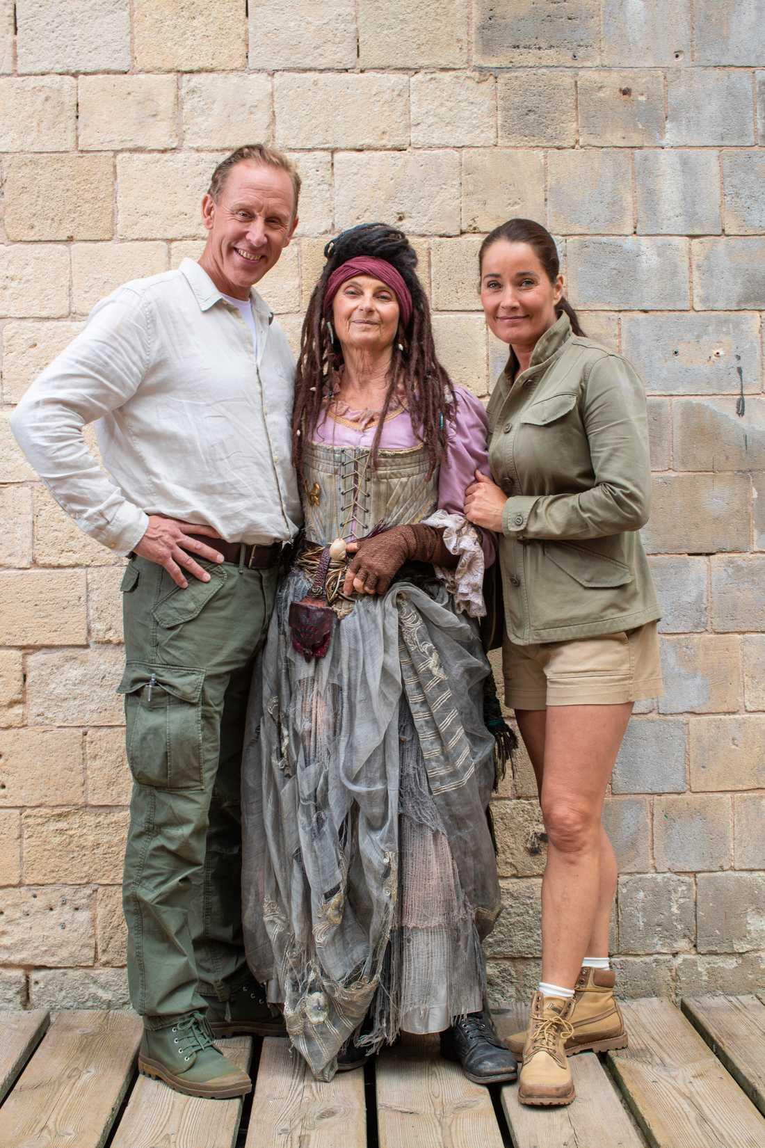 Suzanne Reuter med programledarna Gunde Svan och Agneta Sjödin.