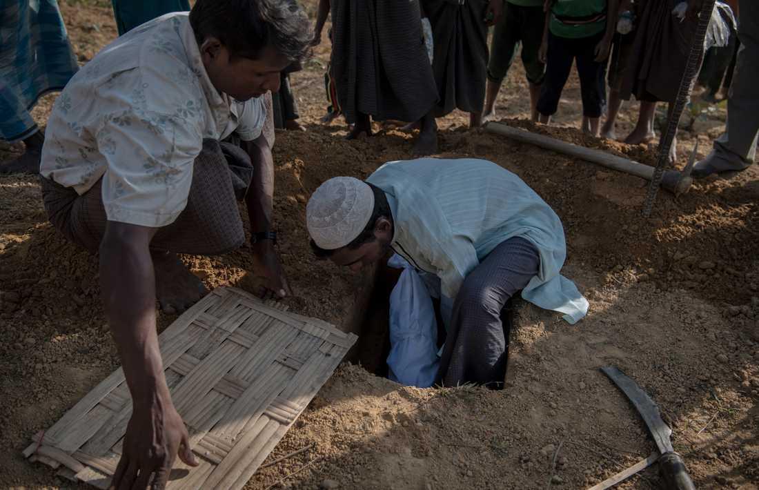 """En liten pojke, ett spädbarn, begravs i lägret Kutupalong. Vi känner inte till var han är född, eller vad han dog av. Någon säger """"han var nyfödd""""."""