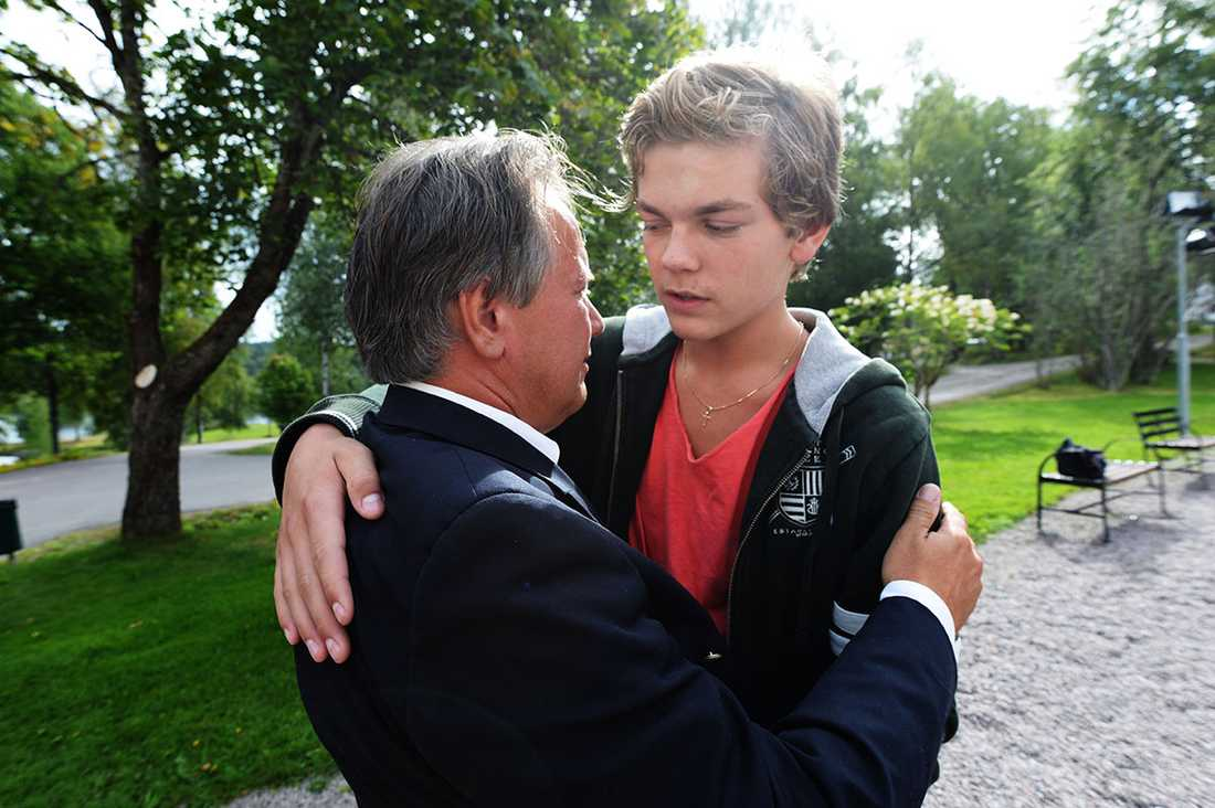 Oliver wallgren, 15, tar farväl av avskedade rektorn Staffan Hörnberg.