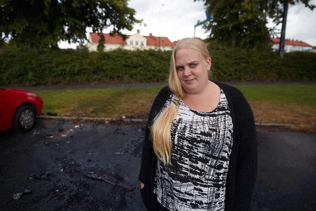 Johanna på parkeringen där bilen brändes upp.