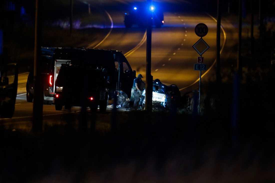 Två svenska män greps på söndagskvällen efter en vild biljakt i Finland. De misstänks för att ha skjutit två poliser i finska Borgå vid midnatt natten till söndag.