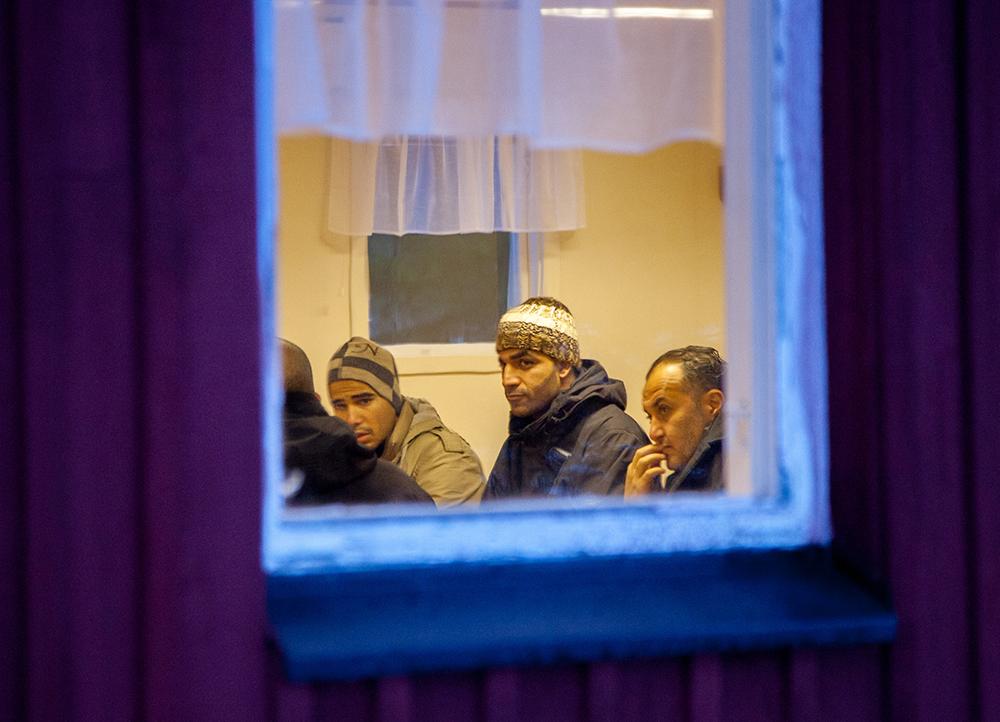 Förhandlingar med polis och Migrationsverket.