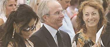 OMSVÄRMAD Medan avslöjandena om Svennis kärleksaffärer står som spön i backen i England, går Svennis själv på skolavslutning för sin dotter Lina i Florens, Italien. Här ses han tillsammans med fästmön Nancy dell Olio och till höger hans exhustru Ann-Christine.