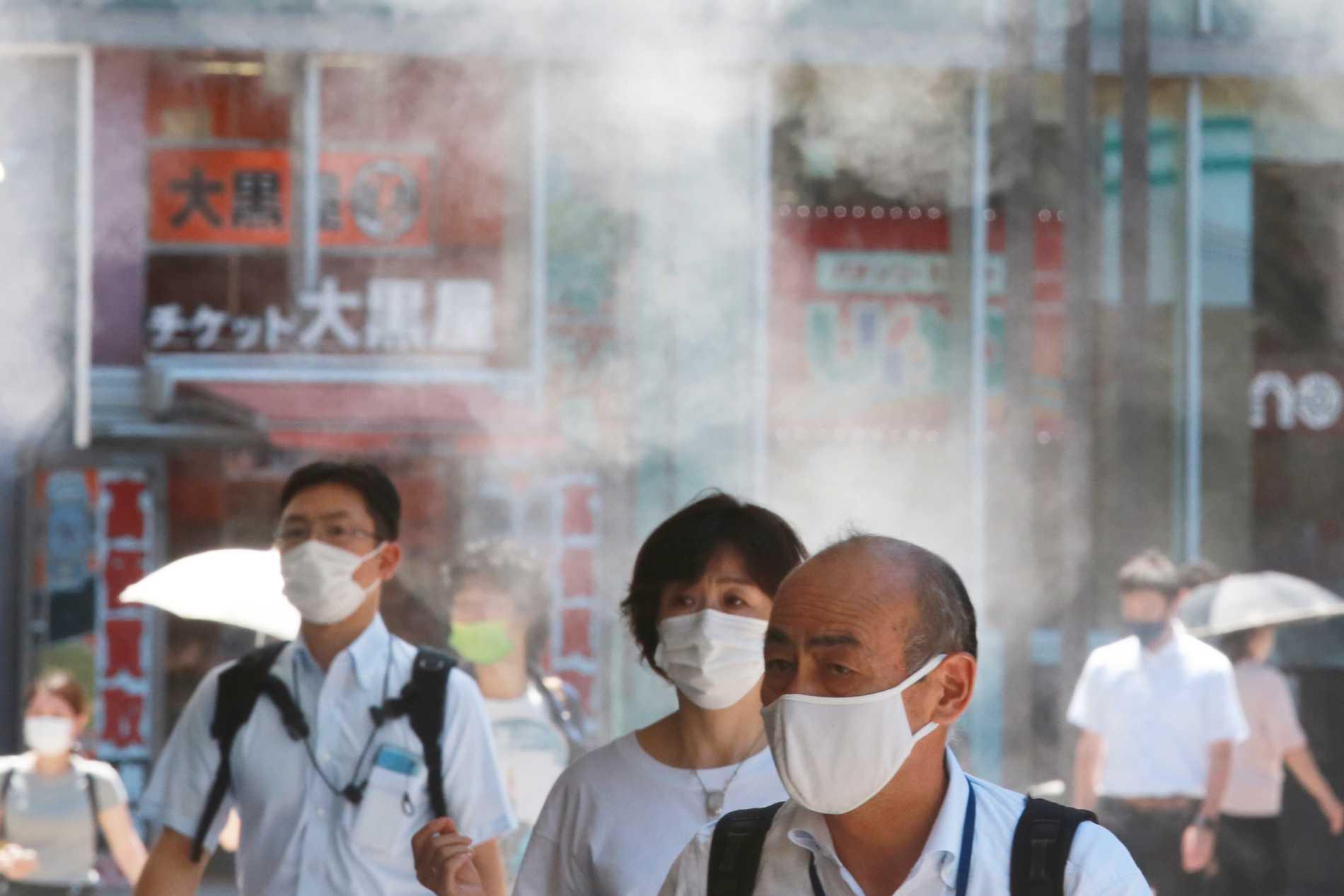 Tokyobor bär munskydd för att minska smittspridningen den 5 augusti. Japan är ett av många länder där antalet covidfall ökar.