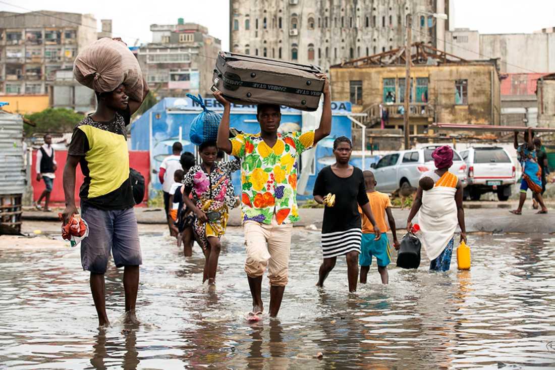 Människor i kuststaden Beira, som ligger i det område som drabbats hårdast i Moçambique.