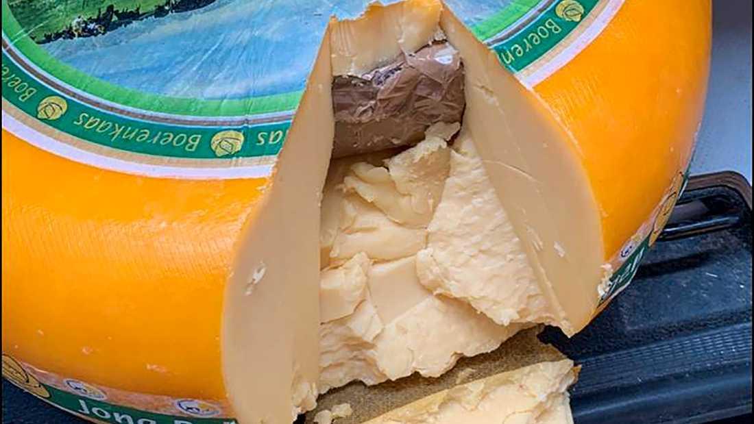 Inne i några av ostarna fanns bruna påsar som innehöll kokain. Nu döms två män som tog emot knarkpartiet i Göteborg.