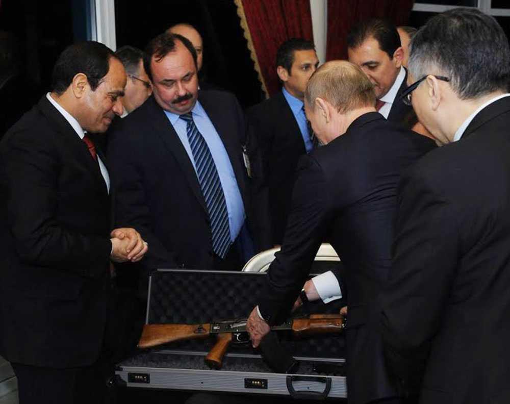 Putin överlämnar en Kalasjnikov till Sisi.