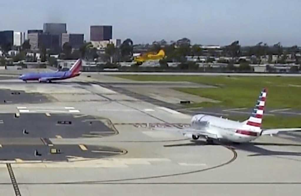 Harrison Ford kan ses flyga sitt plan (Det gula till höger i bild) och landa rätt framför det passagerarplan som är på väg ut med 110 personer ombord.