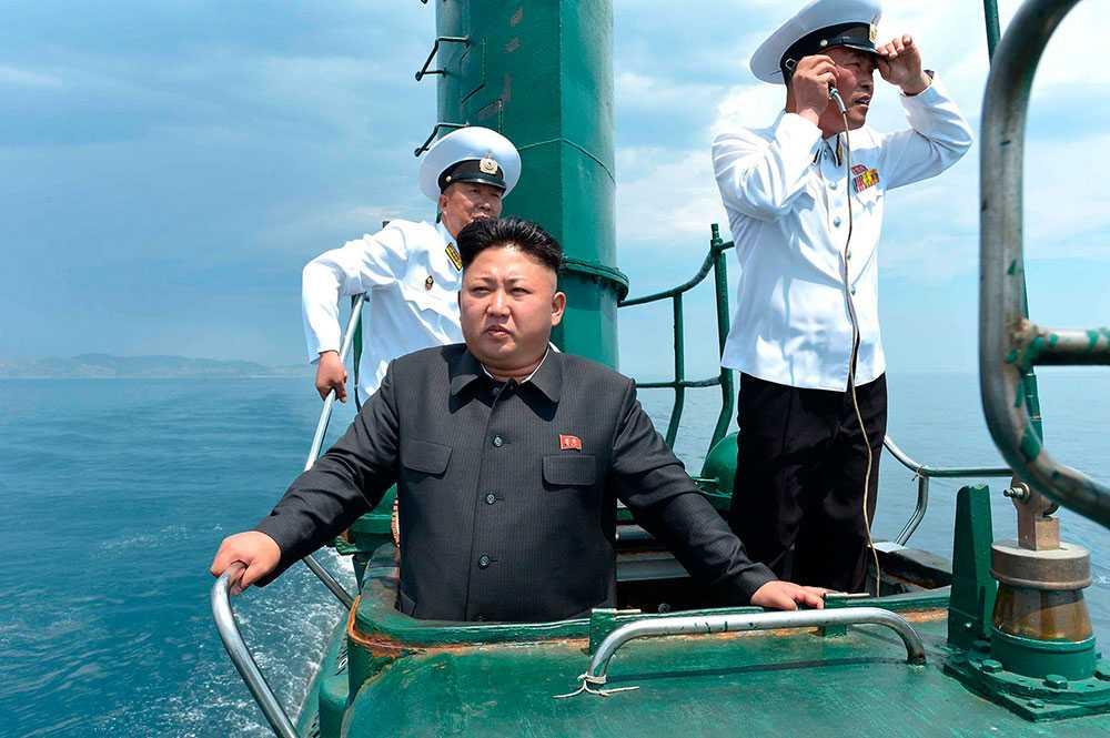 Nordkoreas ledare Kim Jong-un inspekterar ubåt nummer 748.