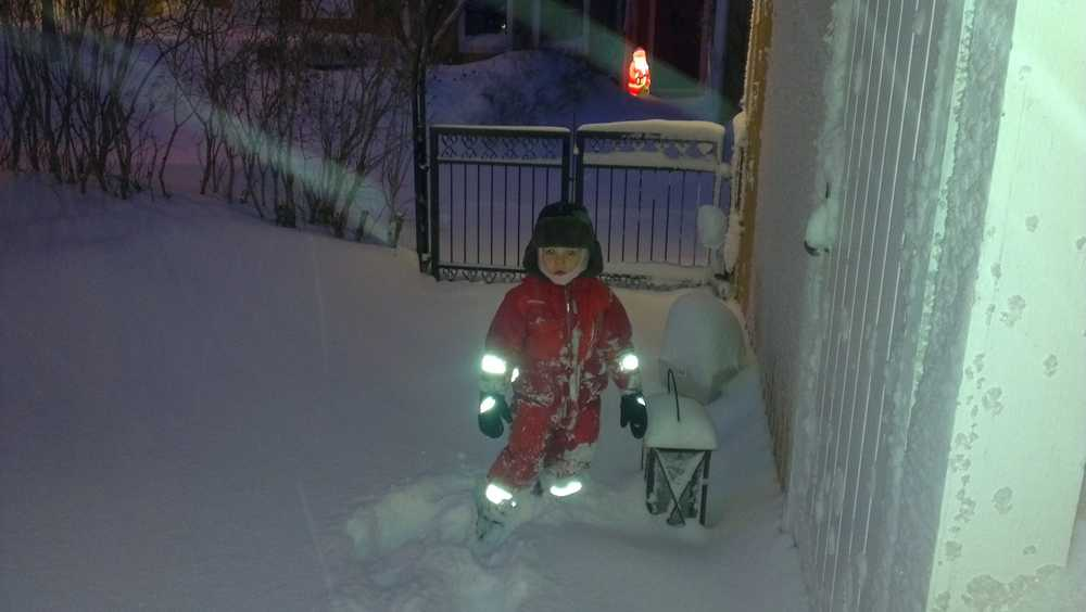 Snöskottning på lördagsmorgonen i Söderhamn-Grundvik.