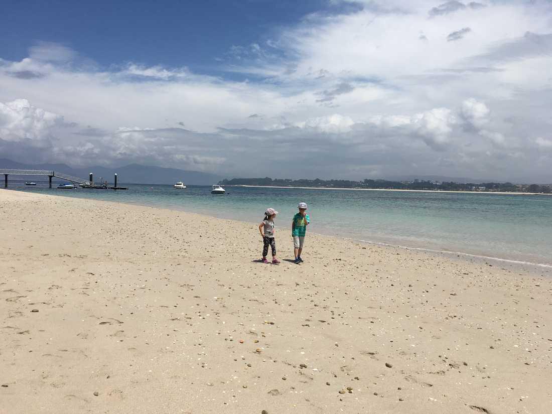 Barnen på stranden.