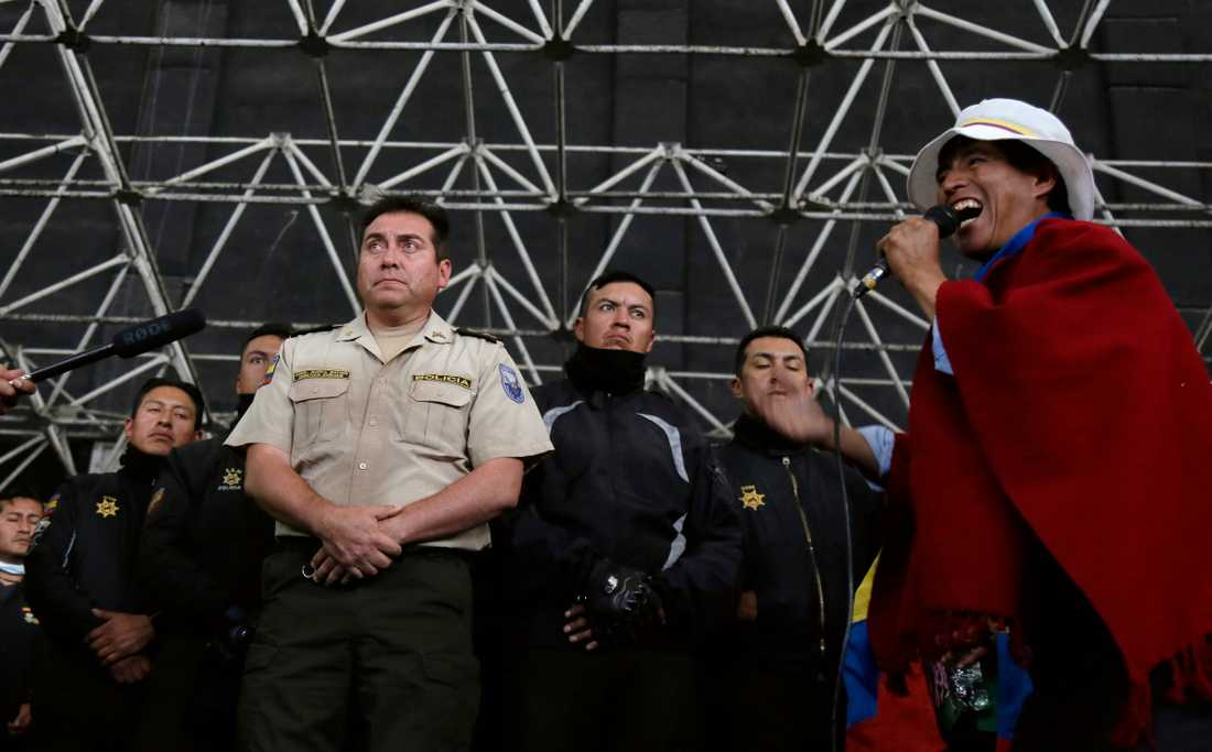 Åtta poliser hålls som gisslan av en grupp demonstranter i Ecuador.