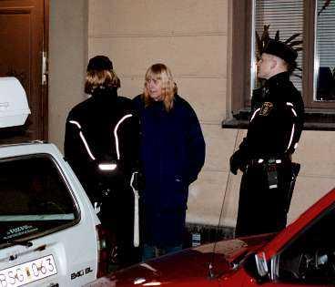 1998 greps kvinnan som förföljt släkten Taube sedan 60-talet utanför Sven-Bertil Taubes övernattningslägenhet på Södermalm i Stockholm.