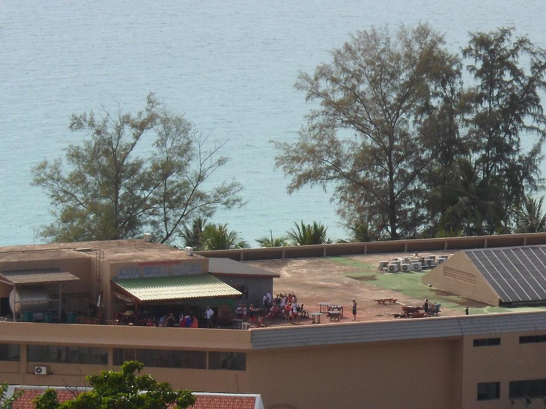 Människor sätter sig i säkerhet på ett tak.