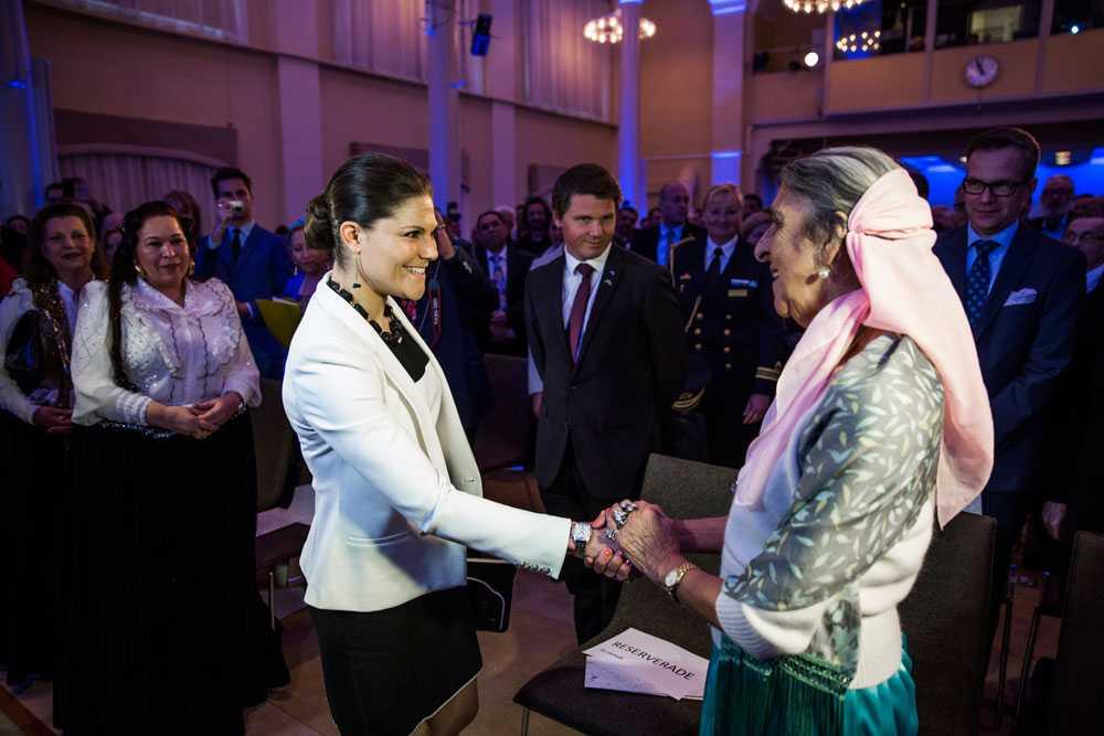 Singoalla Millon skakar hand med kronprinsessan vid regeringens vitbok.