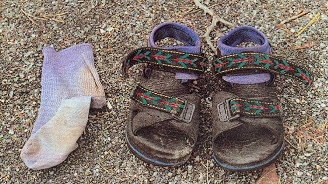 Kevins sandaler och en strumpa hittades bakom en bod, cirka 30 meter från vattnet där Kevin hittades.