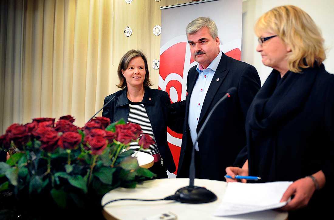 Folklig Håkan Juholt gillar att skjuta från höften. Något hans partikamrater, här representerade av Carin Jämtin och Berit Andnor, gärna får låta honom fortsätta att göra. I alla fall i viss utsträckning.