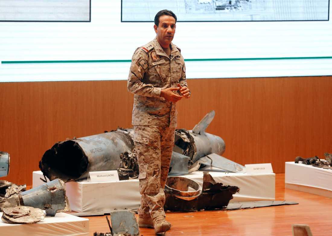 Saudi Arabiens militära talesman Turki al-Malki visar det han menar är iranska kryssningsmissiler och drönare på onsdagens presskonferens.