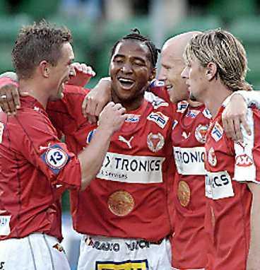 Brima Koroma gratuleras efter 2-0-målet.