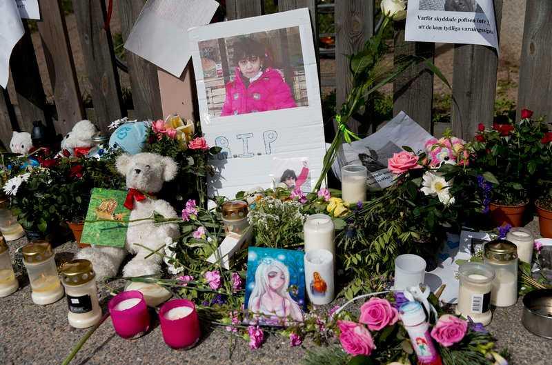 ANMÄLDES TILL SOCIALFÖRVALTNINGEN Blommor utanför bostaden där åttaåriga Yara mördades.