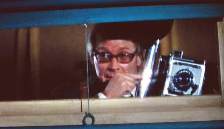 """I """"En läcka i ridån"""" med Paul Newman och Julie Andrews dyker Jan Malmsjö upp i rollen som en pratglad pressfotograf."""