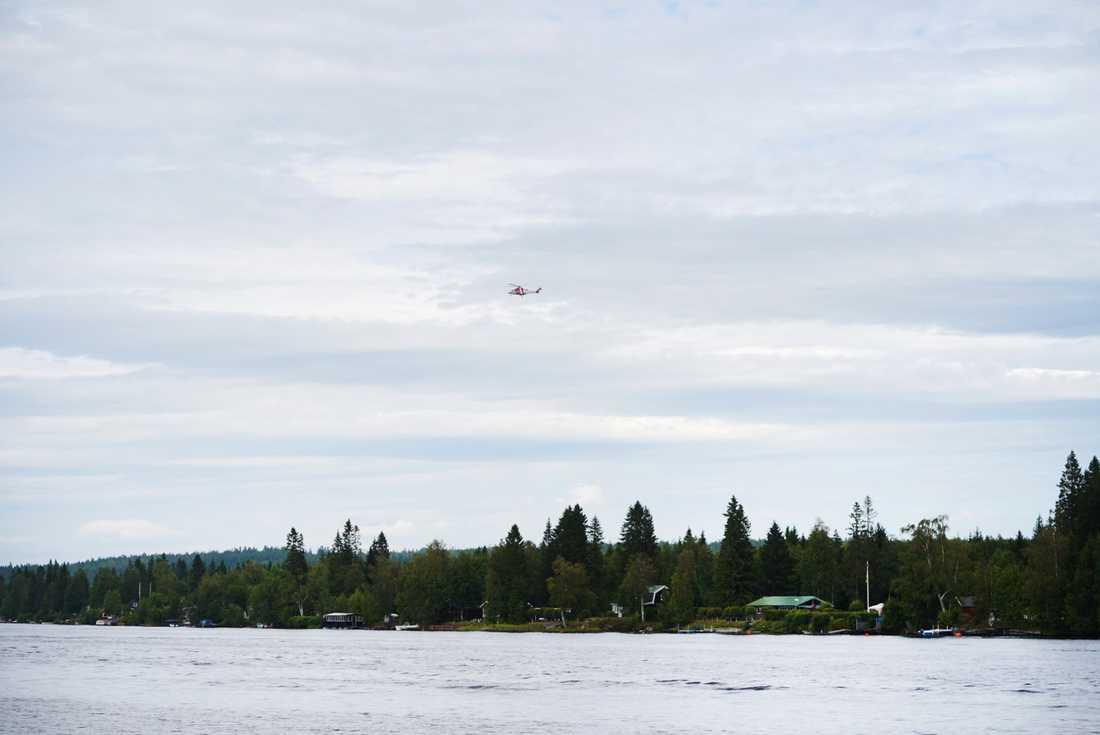 En räddningshelikopter ovanför olycksplatsen vid Storsandskär, vid Umeälven. Nio personer omkom i flygolyckan i Umeå som inträffade på söndagen.