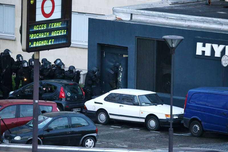 Polisen tog sig in i byggnaden från flera ingångar samtidigt. Här bryter de sig in genom en sidoentré.