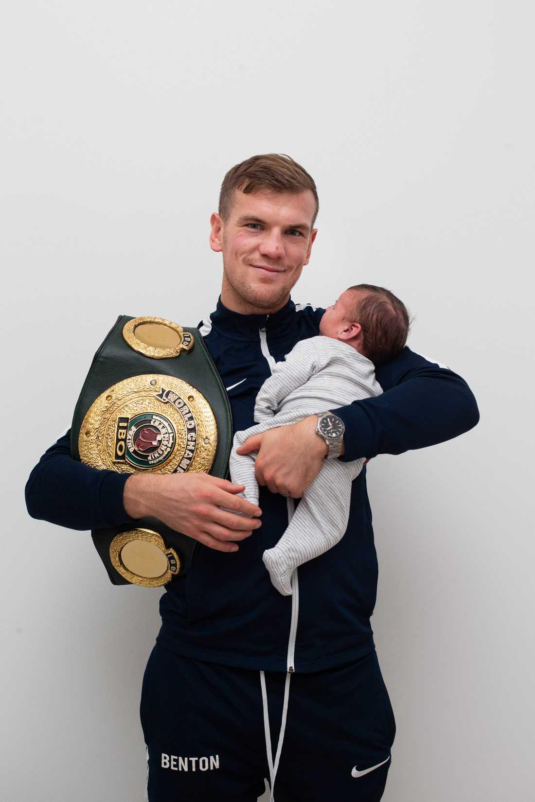 Sven Fornling med nyfödde sonen.