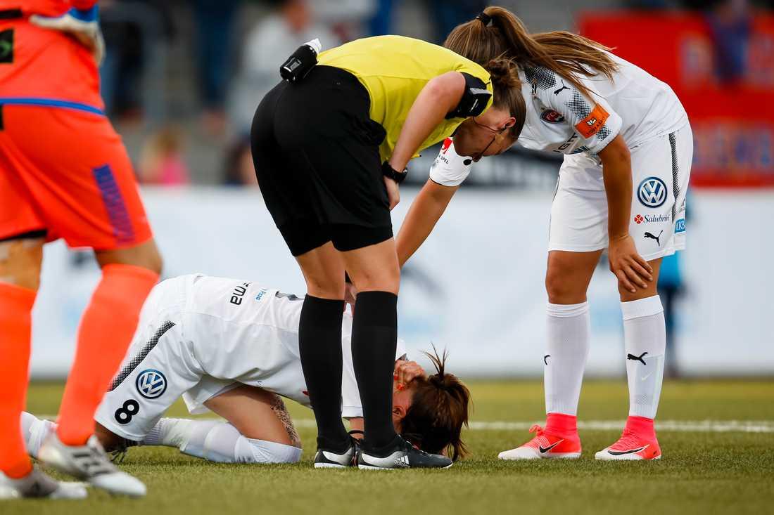 Ödesdigra dagen. 26 juni 2017 mötte Rosengård LB07 och i en närkamp får Schelin en smäll där det knäcker till i nacken.