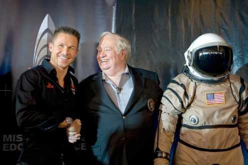 Felix Baumgartner, till vänster, ska använda en specialtillverkad dräkt när han utför hoppet från rymden.